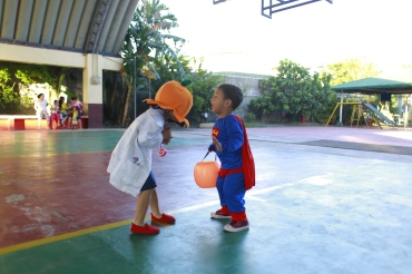 scaring_superman_trick_or_treat_2016