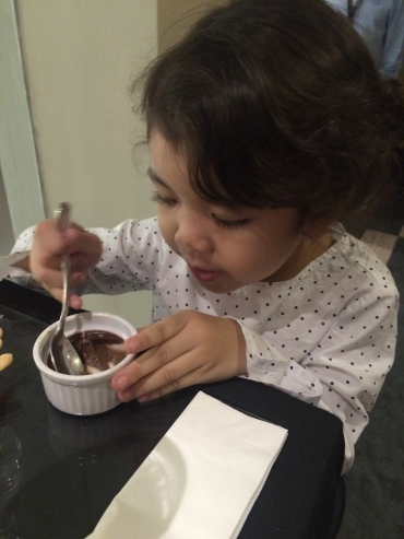 child_eats_souffle